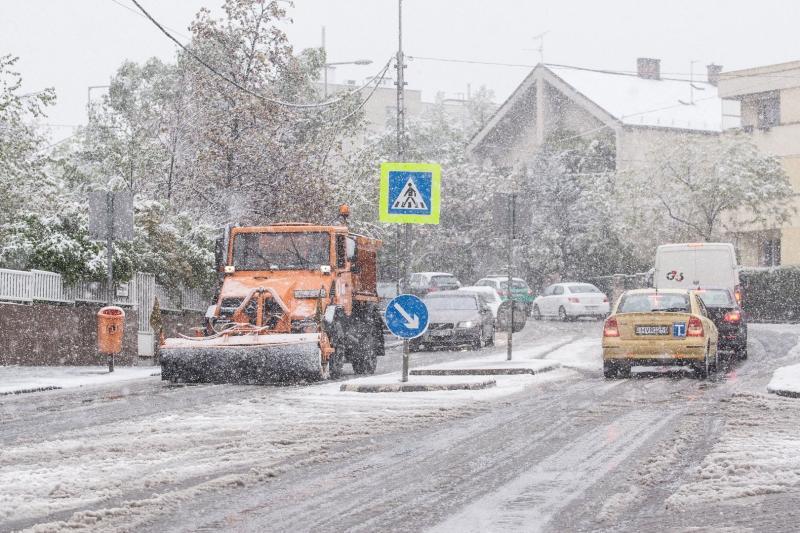 Országszerte havazik, elsőfokú a figyelmeztetés  - a fővárosban hetven munkagéppel dolgoznak