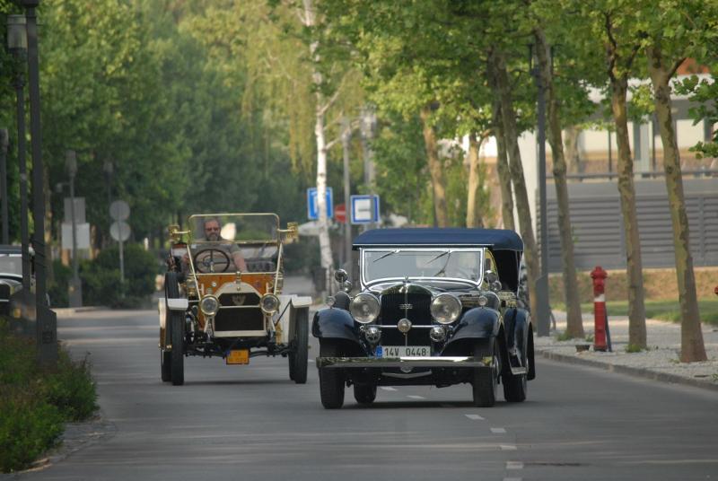 Százéves villanyautó vontatta kortársát
