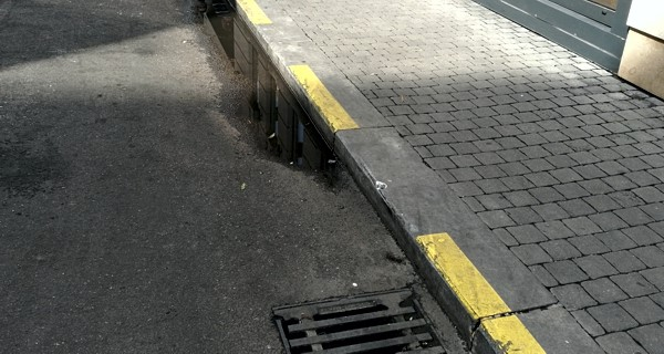 Parkolás fehér vonal